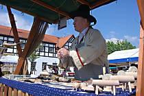 ŘEMESLNÍK a držitel titulu Nositel tradice lidových řemesel Jaroslav Sucháček vypráví o svém zboží poutavým způsobem. Vyrábí kvalitní brousky a nože.