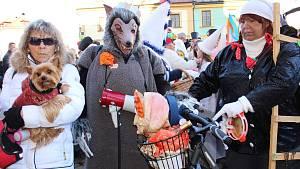 Návštěvníci s maskami i bez nich si užívali premiérový Loketský masopust.