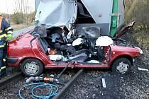 Vlak vláčel auto 150 metrů. Žena vyvázla s lehkým zraněním.