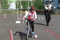 DOPRAVNÍ soutěže se konají pravidelně v sokolovském domě dětí. Žáci bojují o záchranu života a učí se dopravním pravidlům.