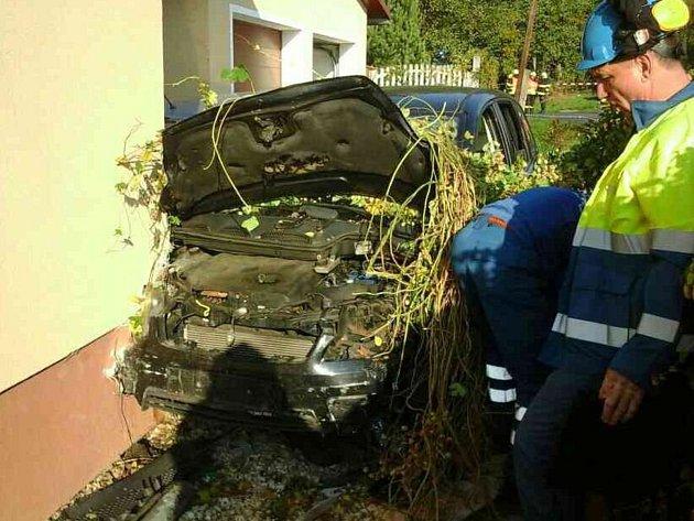 Nehodu v Loučkách řidič nepřežil, narazil do domu.