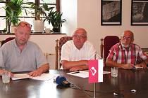 Při tiskové konferenci se loketští radní rázně ohradili proti rušení místní průmyslové školy.