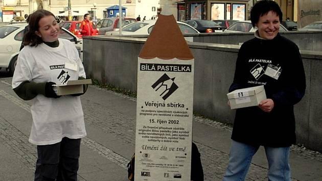 SBÍRKA. Bílé pastelky budou dobrovolníci v ulicích prodávat za dvacet korun.