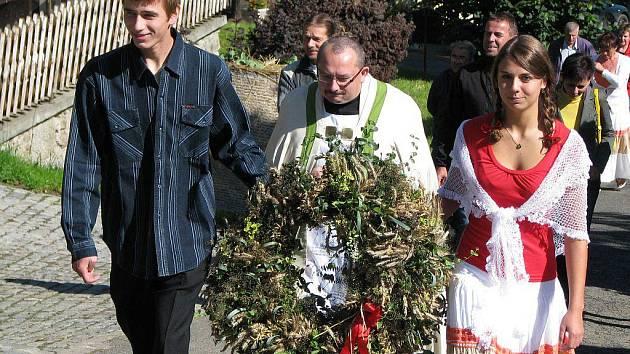 SYMBOLEM slavností v Ležnici byl dožínkový věnec. Po mši u kaple sv. Jana Nepomuckého ho průvod odnesl na nedalekou ekologickou farmu.