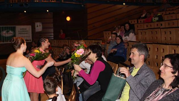 Studentky Andrea Mertlová (vlevo) a Barbora Chalupná (vpravo) zorganizovaly benefici jako praktickou část maturity. Během programu předaly dárky klientům, kytice maturitní komisi. V programu nechyběl tanec nebo hudba.