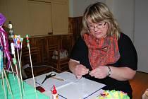 Hana Mitrová ukazuje techniku zvanou Quilling