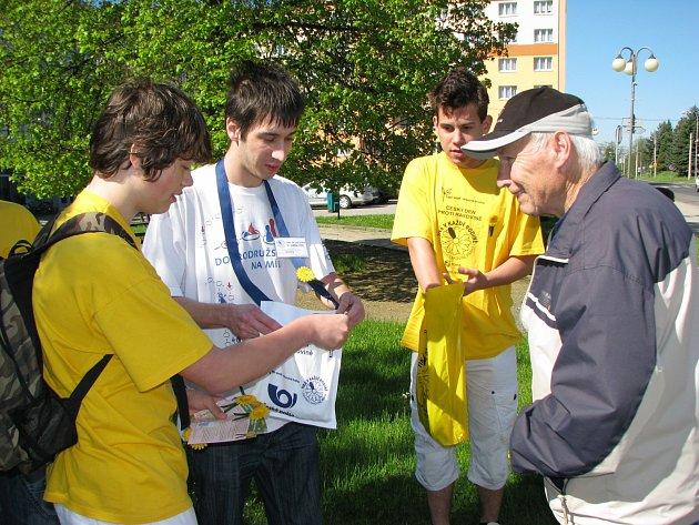 SKUPINA pěti dobrovolníků včera v ulicích Habartova nabízela žluté kvítky se zelenou stužkou. Lidé přispívali rádi a s úsměvem.