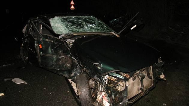 """Dva lidé zahynuli v neděli na silnicích Karlovarského kraje. O jednu oběť a tři těžce zraněné se """"postaral"""" opilý řidič tohoto vozu u obce Kamenný Dvůr."""