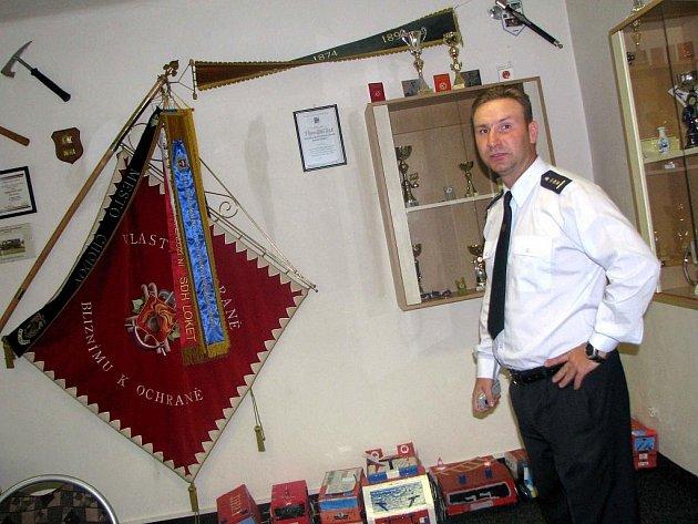 ZASEDACÍ MÍSTNOST hasičské zbrojnice zdobí mnoho pohárů a trofejí ze soutěží.