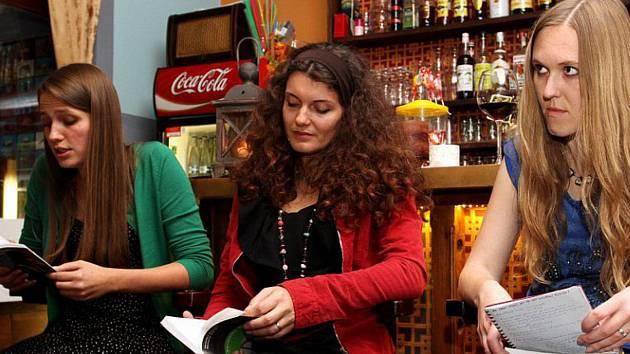 V rámci projektu Spisovatelé do knihoven přijede do Chodova besedovat Ivana Myšková (vpravo).