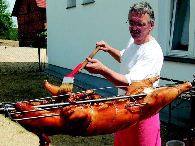 Návštěvníky Bernardu čekala o víkendu prasečí pečínka.