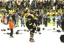 Vítězné oslavy po skončení utkání play off druhé ligy mezi Baníkem Sokolov a Žďárem