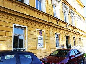 Žlutou budovu, kterou využívala, musela ZŠ v Nádražní ulici letos přestěhovat do druhé, tzv. zelené školy.