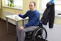 Petr Dlouhý vyprávěl, proč skončil na invalidním vozíku. Pozorně tentokrát poslouchali žáci Střední školy živnostenské Sokolov.