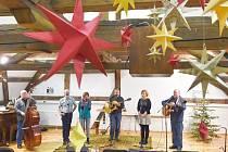 Ve velkém sále Pluhova domu v půdních prostorách se konají koncerty. Zahráli tu i Roháči svůj vánočák.