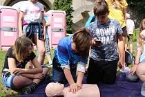 Loketští dobrovolní hasiči připravili pro loketské školáky ukázky záchrany z vody, hasičské techniky i resuscitace.