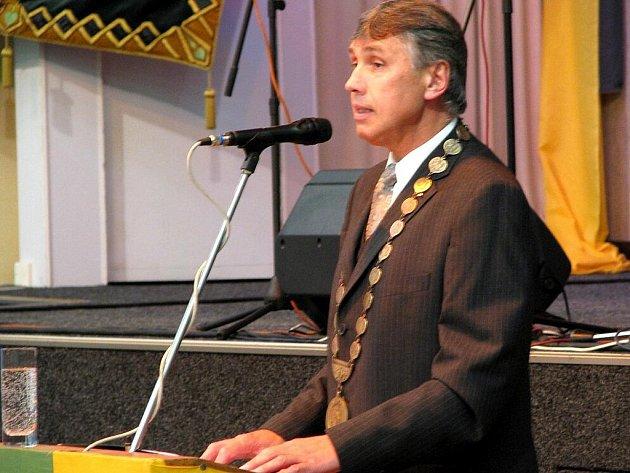 SLAVNOSTNÍ VYHLÁŠENÍ. Hasičské ocenění dostal i starosta Chodova Josef Hora.