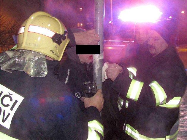 NEROZVÁŽNÉHO chlapce vysvobodili až přivolaní hasiči.