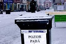 Cedule ve městě upozorňují na nebezpečí pádu sněhu ze střech
