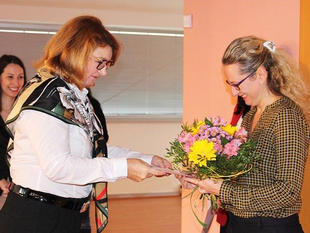 Ocenění za 2. místo převzala Jitka Hloušková v chodovské Galerii u Vavřince z rukou náměstkyně hejtmanky Daniely Seifertové.