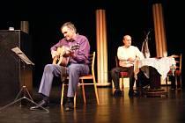 SOKOLOVSKÉ Divadlo bez zákulisí odehraje v rámci benefičního pásma představení Dvě veselé kopy.