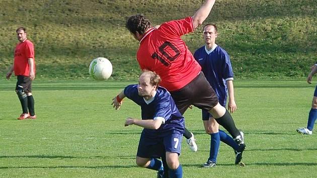 Okresní přebor: Olympie Březová B - 1. FC Vřesová (v modrých dresech)