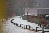 Zaplavená pěší zóna na hranice v Kraslicích.
