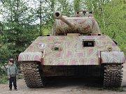 Dva tanky jsou v těchto dnech k vidění pod loketským hradem. Ve městě právě probíhá natáčení filmu Tankisté.