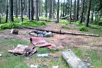 Snímek z chráněného místa Krušnohorského plata na hřebeni u Přebuzi, kde kdosi postavil ohniště. Po lidech zůstal i nepořádek..
