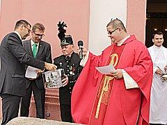 Sbírku zahájil vložením prvního příspěvku starosta Chodova Patrik Pizinger
