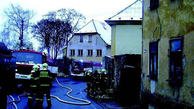 Hasiči likvidují požár rodinného domu v Krásně.