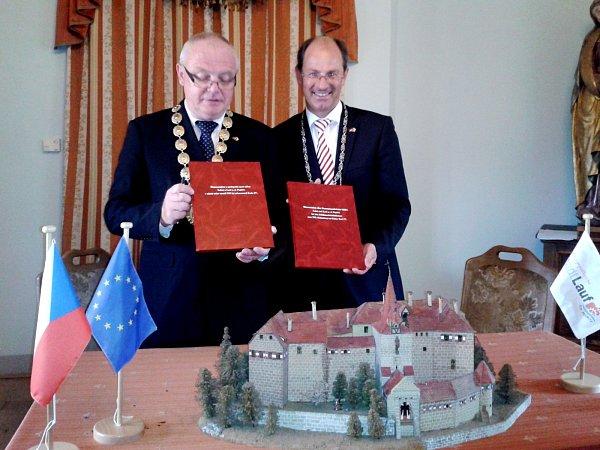 STAROSTA Lokte Zdeněk Bednář a starosta Laufu Benedikt Bisping  (zleva) podepsali memorandum na hradě Loket.