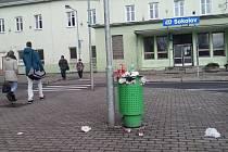 Odpadkový koš před sokolovským nádražím