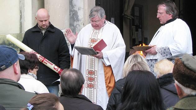 OBŘAD VELIKONOČNÍ VIGILIE začal před kraslickým kostelem posvěcením ohně a zapálením paškálu.