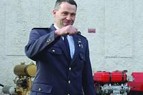 VELITEL jednotky SDH Marek Matoušek přebírá klíče od nového čerpadla. Ta stará v pozadí už jsou pro dobrovolné hasiče historií.