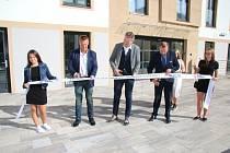 Ve čtvrtek 1. října byl Alexandrem Terekem, starostou města Horní Slavkov, po více jak rok trvající rekonstrukci otevřen Dům služeb.