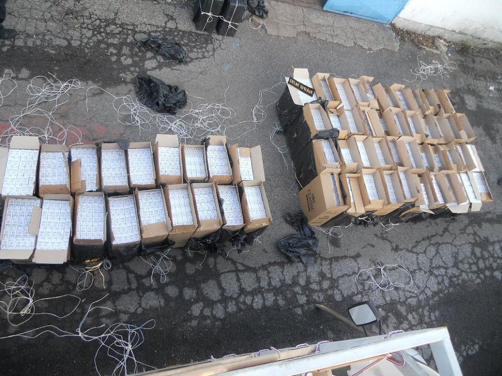 V DODÁVCE našli celníci důmyslnou skrýš. V ní měl cizinec ukryto bezmála 640 tisíc kusů pašovaných cigaret.