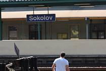 LIDÉ RISKUJÍ ŽIVOTY přecházením kolejí na nádraží v Sokolově. Zkracují si tak cestu do lokality Šenvert. Přitom jde o velmi frekventovanou trať mezi Chebem a Karlovými Vary.