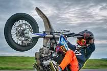 Na soutěžích je sedmiletý Tobiáš z Kraslic nejmladším kaskadérem na motorce.