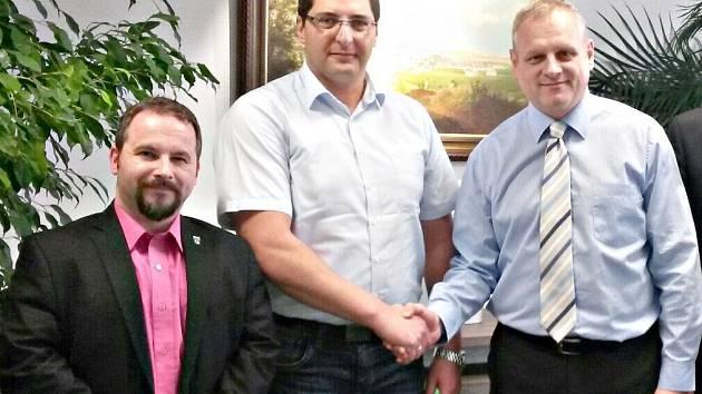 Starosta Kraslic Roman Kotilínek, Klingenthalu Thomas Hennig a Sokolova Jan Picka (zleva) na sokolovské radnici