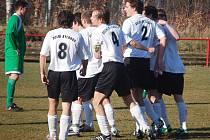 Fotbalisté Dolního Rychnova se radují ze vstřeleného gólu