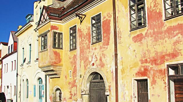 Historické domy v památkové zóně města chátrají a město by tomu chtělo zabránit. Domy však patří soukromníkům.