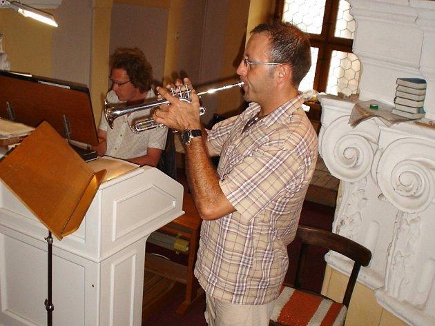 Jazzový trumpetista Ernie Hammes připravil s varhaníkem Mauricem Clementem lázeňskému publiku v karlovarském barokním chrámu svaté Máří Magdalény napínavé chvíle.