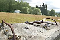 INVESTOŘI chtějí po dlouhých letech stavět u hranic. Využijí investiční pobídku Kraslic. Na snímku je pozemek, kde by měla vyrůst hala na výrobu hudebních nástrojů.