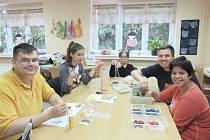 SOCIÁLNĚ TERAPEUTICKÉ DÍLNY v Sokolově rozvíjí i jemnou motoriku a manuální dovednosti klientů, kteří vyrábí originální předměty každodenní potřeby.