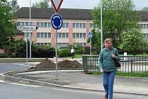 Řada lidí poukazuje na chybějící přechod pro chodce u nové kruhové křižovatky v ulici Dukelských hrdinů.