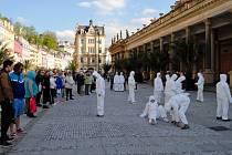 Experimentální divadlo zhlédli diváci na několika místech v Karlových Varech.