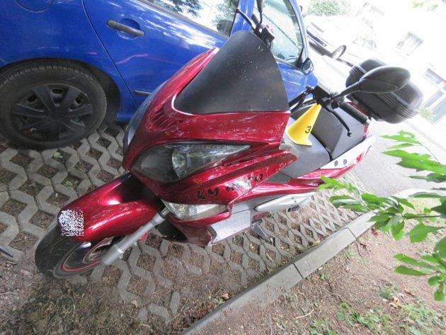 Motocyklista zmísta nehody odjel.