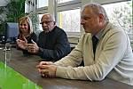 Stanislav Křeček (uprostřed) při debatě s Janem Pickou a Renatou Oulehlovou
