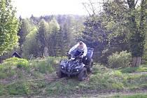 MOTORKÁŘI drancují lesy na Sokolovsku.